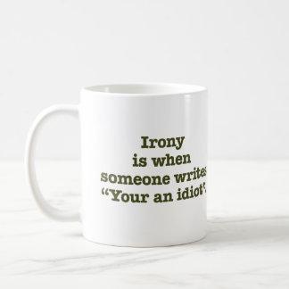 Su un idiota taza básica blanca