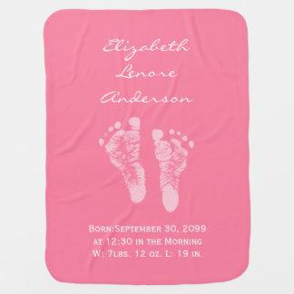 Su una invitación del nacimiento de las huellas de manta de bebé