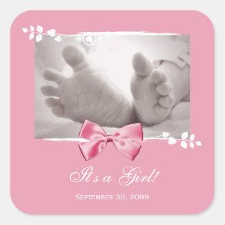 Su una invitación elegante del nacimiento de la calcomania cuadradas personalizadas