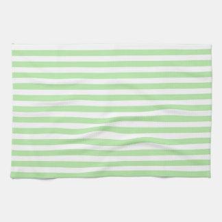 Suavemente verde y blanco raya la toalla de cocina