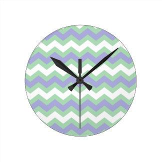 Suavemente verde y zigzags de los azules reloj redondo mediano