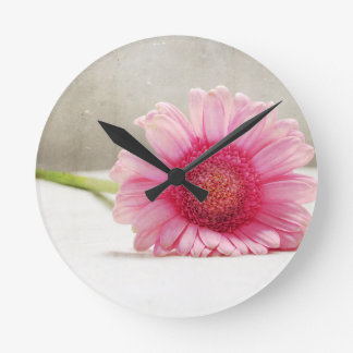 Suavidad en rosa reloj redondo mediano