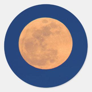 Subida ahumada de la luna de las montañas pegatina redonda