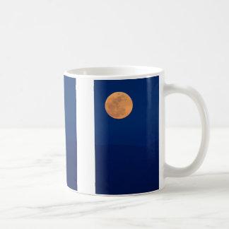 Subida ahumada de la luna de las montañas taza de café