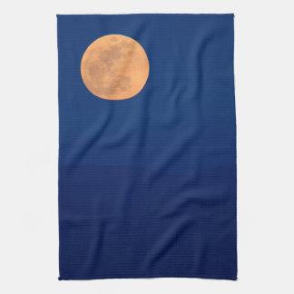 Subida ahumada de la luna de las montañas toalla de cocina