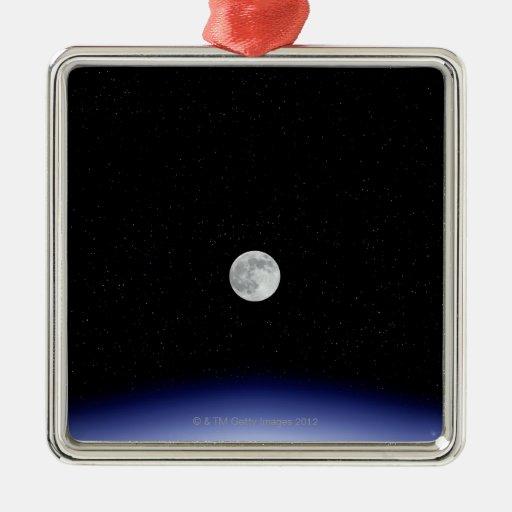 Subida de la luna sobre la tierra adorno navideño cuadrado de metal