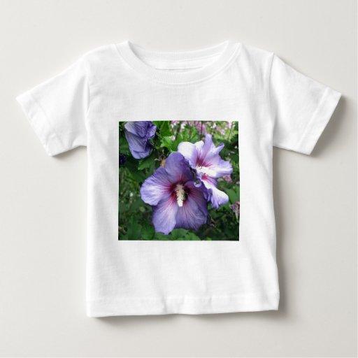 Subió de azul púrpura del hibisco de Sharron Playeras
