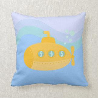 Submarino amarillo adorable sumergido bajo el agua cojín