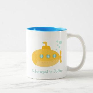 Submarino amarillo adorable sumergido bajo el agua taza de café