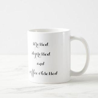 """""""subrayado, presionado, y el café obsesionó"""" la taza clásica"""