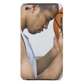 sudar la frente que se inclina del hombre en balon iPod touch Case-Mate fundas