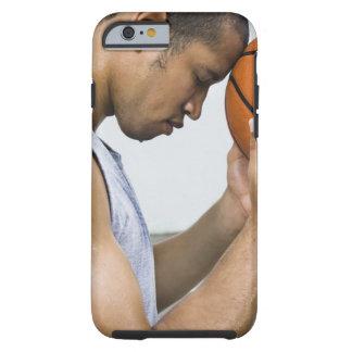 sudar la frente que se inclina del hombre en funda resistente iPhone 6