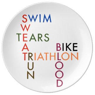 Sudor y rasgones de la sangre del Triathlon Platos De Cerámica