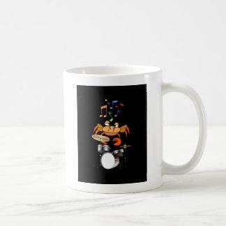 Sueños del cangrejo de jugar los tambores en banda taza