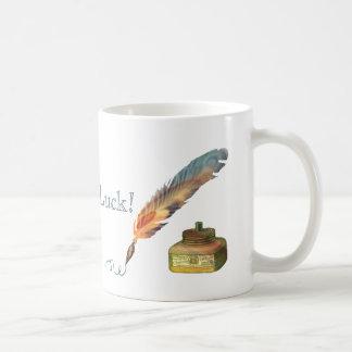 Suerte de la pluma de la pluma buena taza clásica