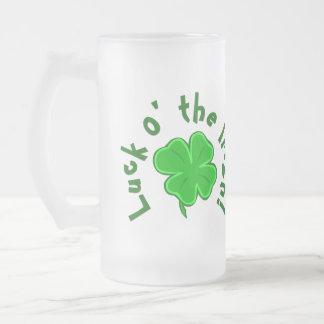 Suerte o la taza Cuatro-con hojas afortunada irlan