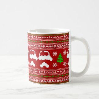 Suéter feo del navidad del bigote divertido taza básica blanca