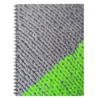 Suéter geométrico verde y gris libretas