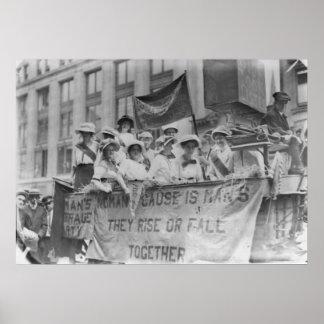 Suffragettes que montan un flotador poster