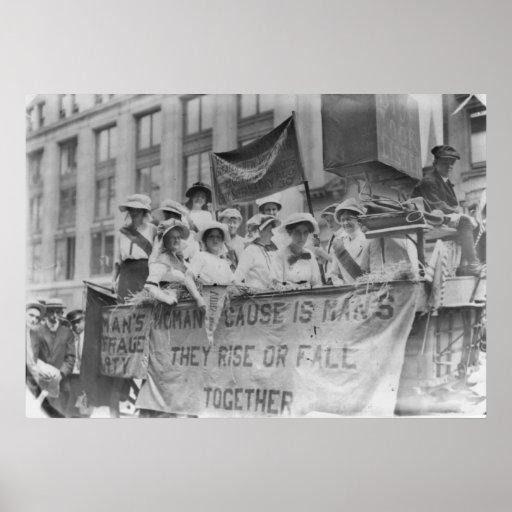 Suffragettes que montan un flotador póster