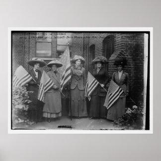 Suffragettes que sostienen banderas americanas póster