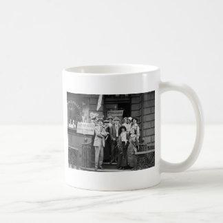 Suffragettes y su Men, 1913 Taza De Café