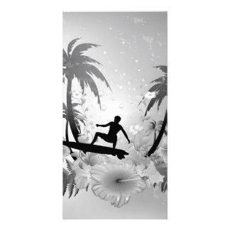 Sufing, surfboarder con la palma y fowers tarjeta fotográfica