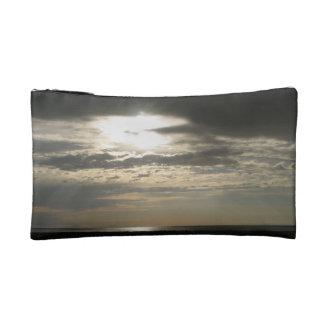 Sun a través de las nubes en la isla del antílope
