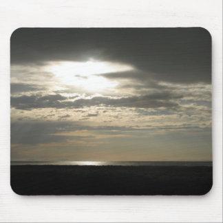 Sun a través de las nubes en la isla del antílope tapetes de raton