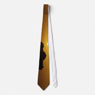 Sun abajo detrás de la bóveda corbata