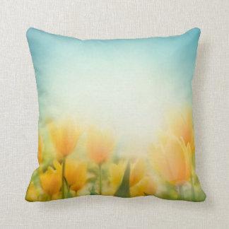 Sun besó la almohada amarilla del sofá del tiro de