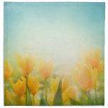 Sun besó servilletas amarillas de los tulipanes