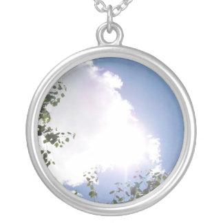 Sun brillante con el collar de las nubes