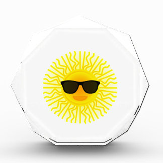 Sun con el dibujo animado de las gafas de sol