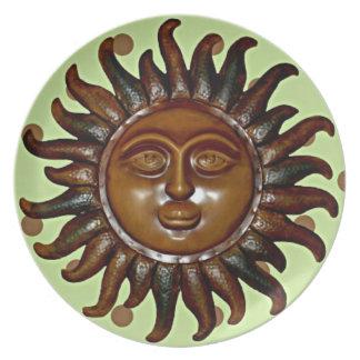 Sun de madera tallado en fondo verde del lunar platos