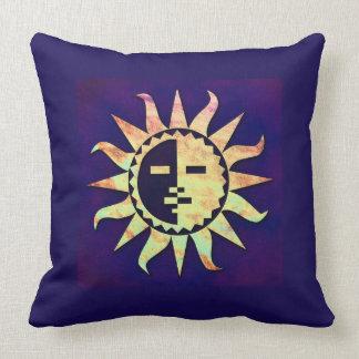 Sun de oro en púrpura cojines