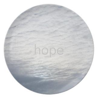 Sun detrás de la esperanza de las nubes plato