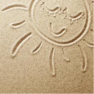 Sun dibujado en la arena fotoescultura vertical