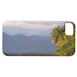 Sun-Einstellung auf Vulkan mit tropischem Strand iPhone SE/5/5s Case