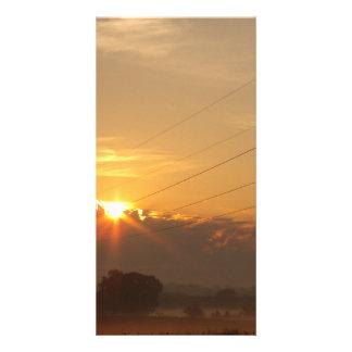 Sun emerge sobre las nubes sobre pasto de niebla tarjetas personales