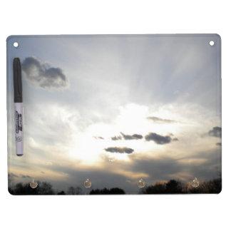 Sun en las nubes seca al tablero del borrado pizarras