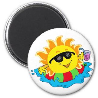 Sun feliz en la piscina imán redondo 5 cm