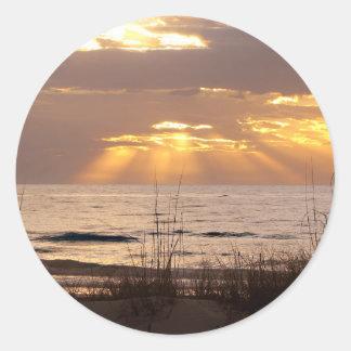 Sun irradia puesta del sol del océano pegatina redonda