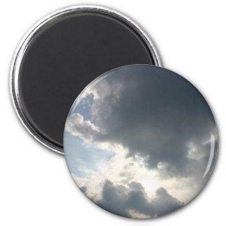 Sun que brilla a través de las nubes imán redondo 5 cm