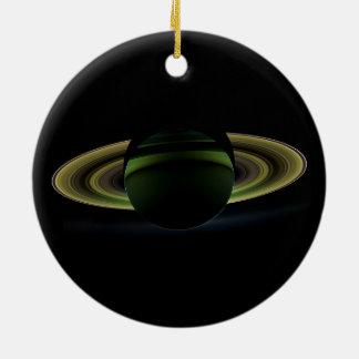 Sun que brilla detrás del planeta Saturn que echa Adorno Redondo De Cerámica