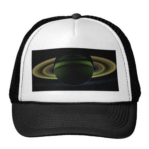 Sun que brilla detrás del planeta Saturn que echa  Gorros