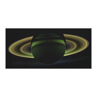 Sun que brilla detrás del planeta Saturn que echa  Lienzo Envuelto Para Galerías