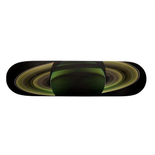"""Sun que brilla detrás del planeta Saturn que echa  Patineta 7 3/8"""""""