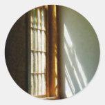 Sun que fluye a través de ventana pegatina redonda