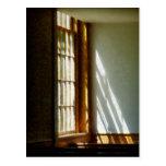 Sun que fluye a través de ventana postal